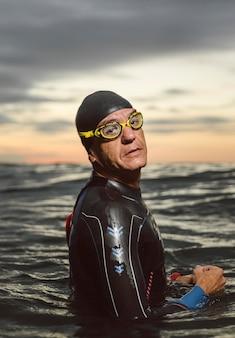 Nuotatore del colpo medio in posa