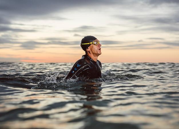 장비를 갖춘 미디엄 샷 수영 선수