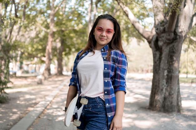 Ragazza adolescente colpo medio in posa all'aperto