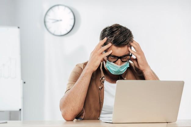Средний снимок усталого человека в маске