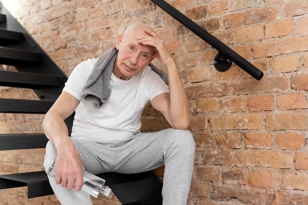 ミディアムショット疲れた年配の男性