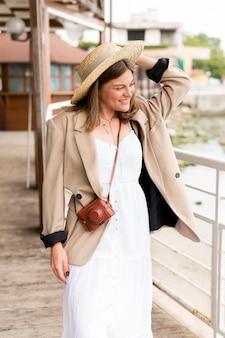 Турист среднего размера с белым платьем