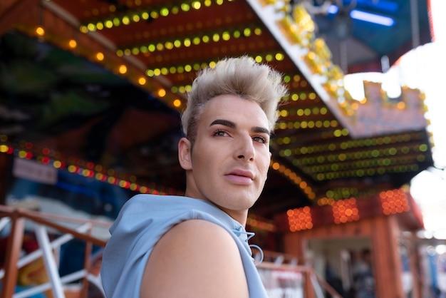 Colpo medio transgender fuori