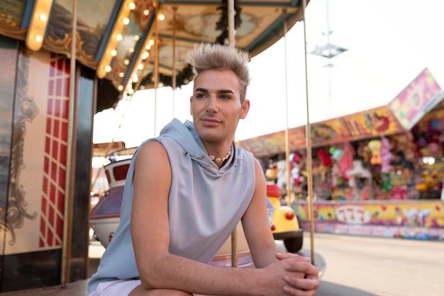 Transgender a colpo medio seduto all'aperto