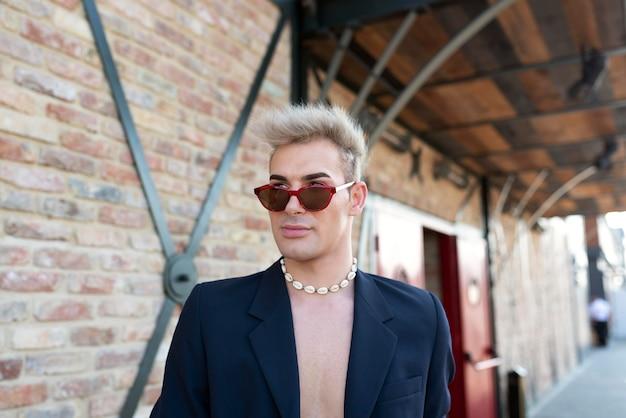 Transgender medio con gli occhiali da sole