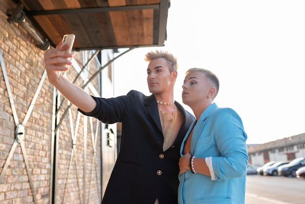 Transgender di medie dimensioni che si fanno selfie