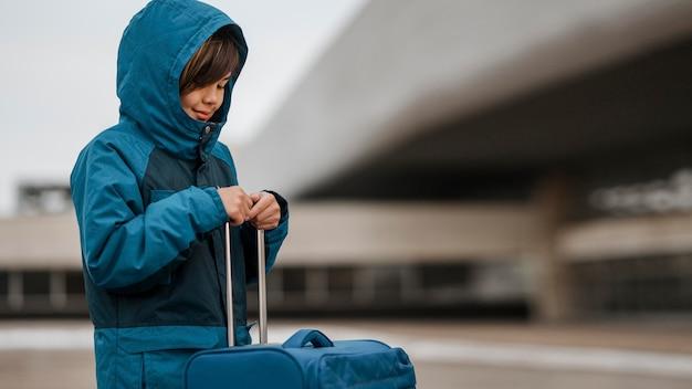 중간 샷 여행 아이 야외