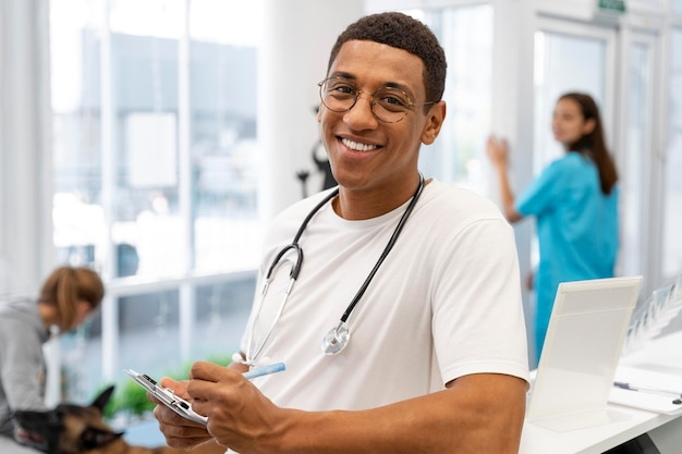 Veterinario a tiro medio con stetoscopio