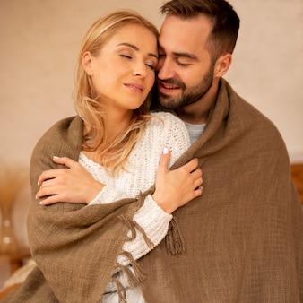 ミディアムショットの冬のカップルのコンセプト