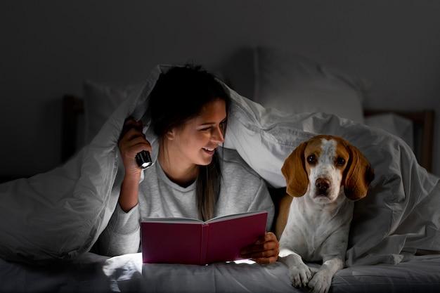 ベッドで犬とミディアムショット