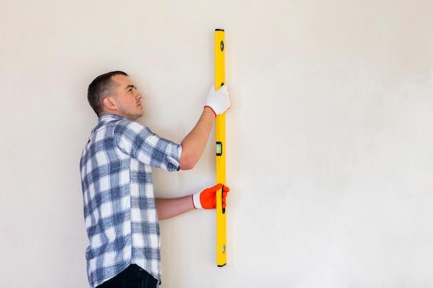 Средний снимок с человеком, работающим с копией пространства