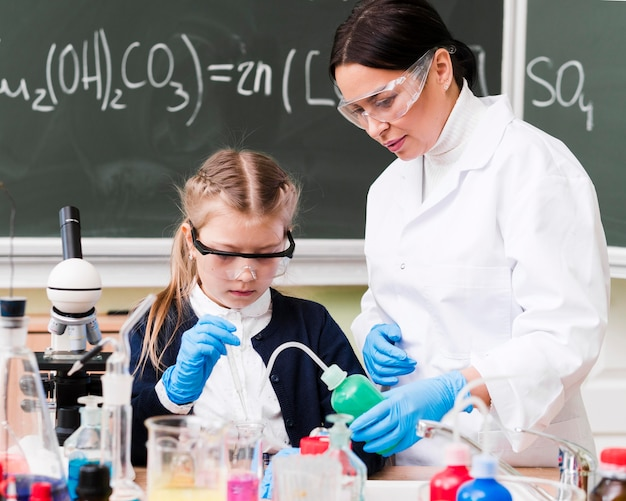 ミディアムショットの女性と研究室の女の子
