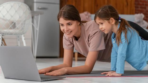 Средний план тренировки женщины и девушки