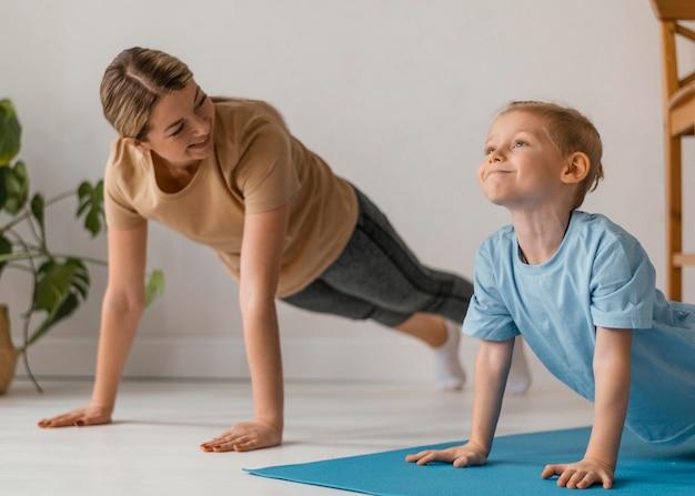 중간 샷 여자와 아이 운동