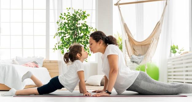 ミディアムショットの女性と子供のトレーニング