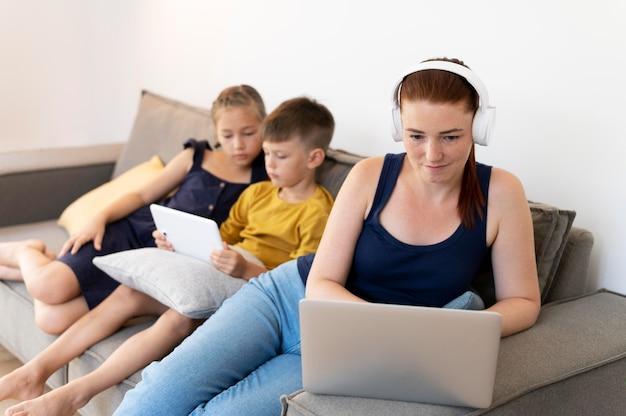 Средний план женщина и дети