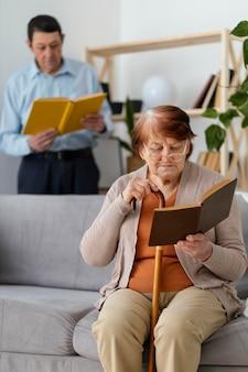 중간 샷 여자와 남자 독서 모드