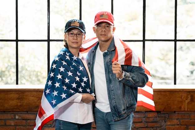 Среднего выстрела женщина и мужчина с флагом