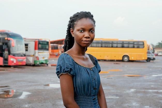 버스 정류장에서 중간 샷 여자