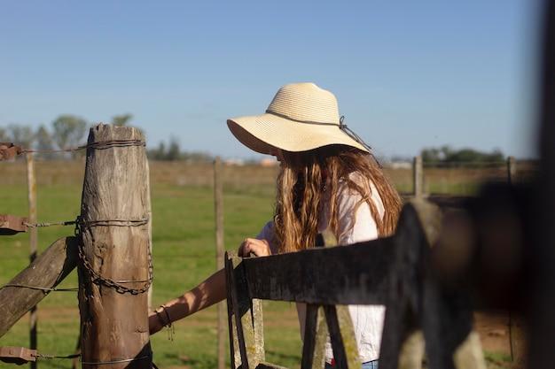 農場でミディアムショットの女性