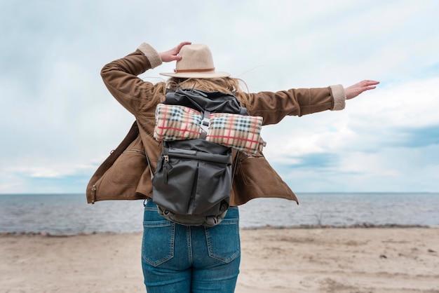 Женщина среднего выстрела на берегу моря