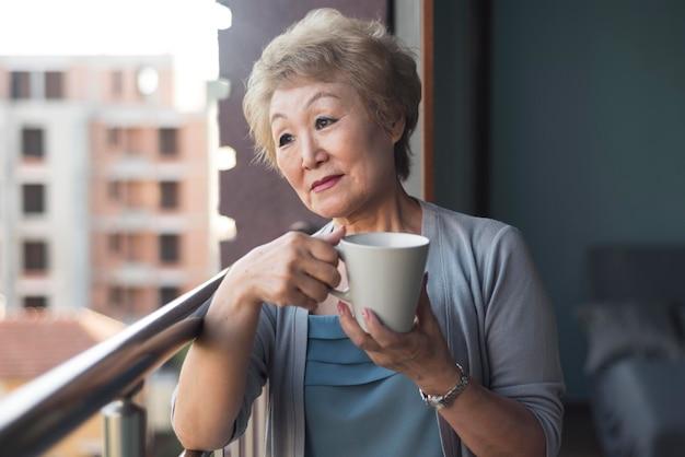 Donna del colpo medio al balcone
