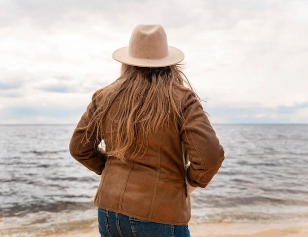 Donna del colpo medio in spiaggia