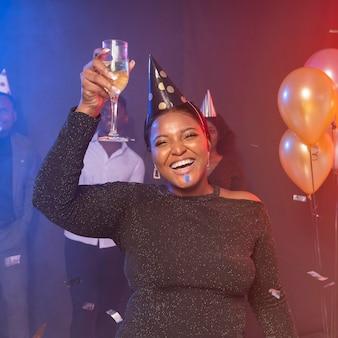 パーティーで幸せなミディアムショットの女性