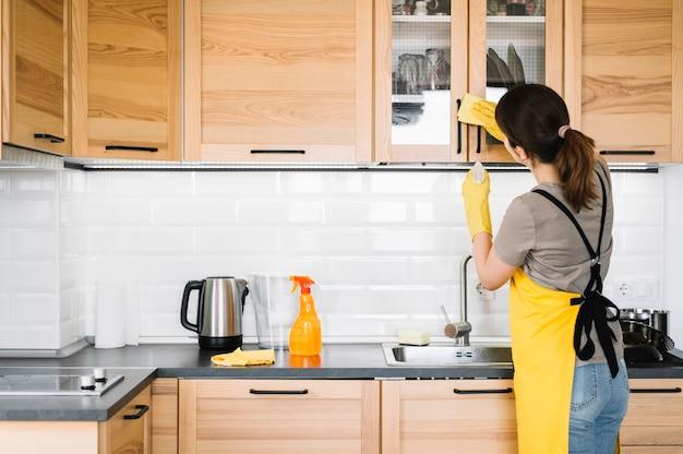 Medium shot woman cleaning