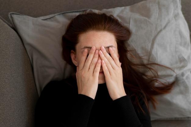 눈을 가리고 있는 미디엄 샷 여성