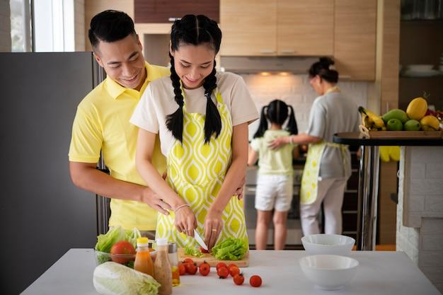 野菜を切るミディアムショットの女性