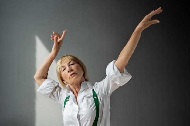 ミディアムショットの女性が踊る