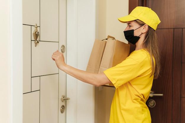 Женщина среднего кадра, доставляющая сумки