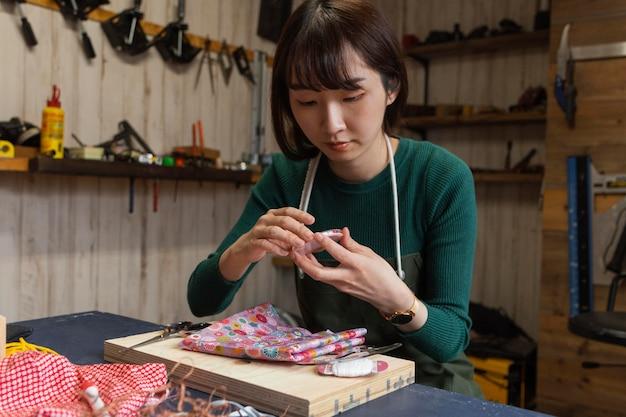 Donna del colpo medio che fa opere d'arte
