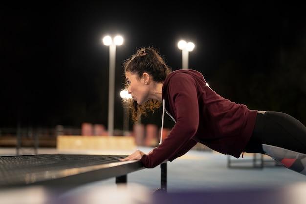 スポーツをしているミディアムショットの女性