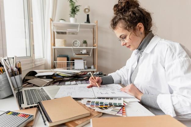 ミディアムショットの女性の描画プロジェクト