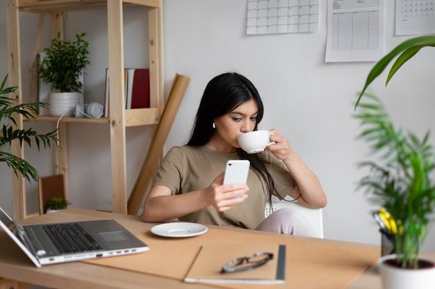 커피를 마시는 중간 샷 여자