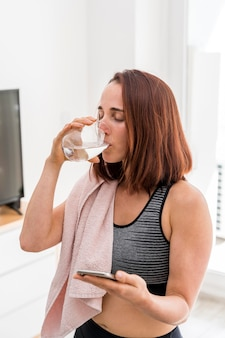 ミディアムショットの女性の飲料水 無料写真
