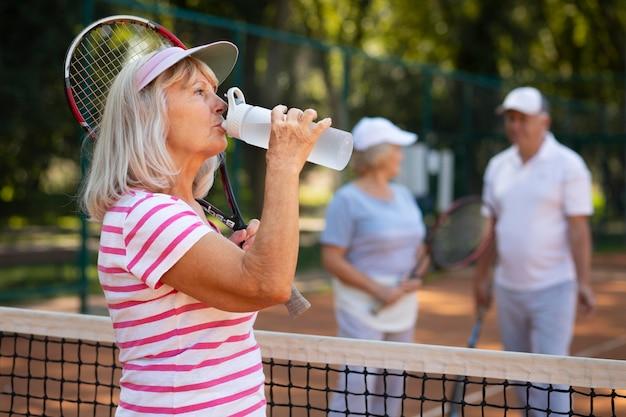 ミディアムショットの女性の飲料水