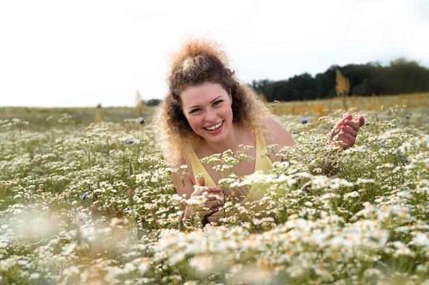自然を楽しむミディアムショットの女性 Premium写真