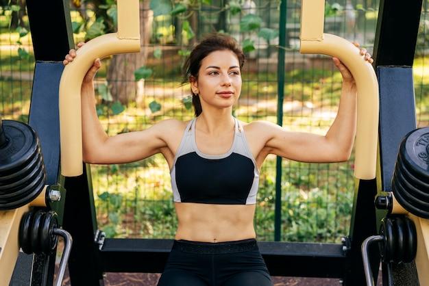 Женщина среднего выстрела, тренирующаяся