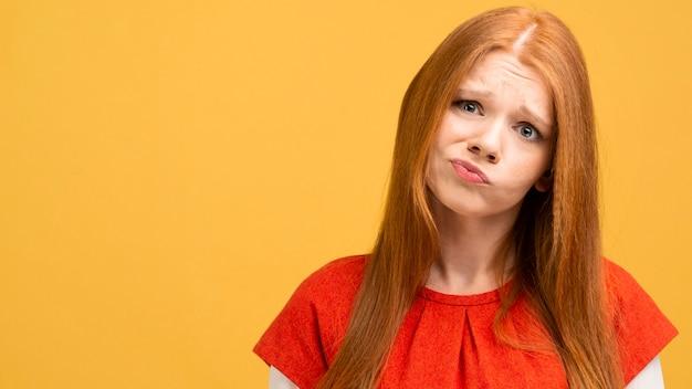 感情を表現するミディアムショットの女性