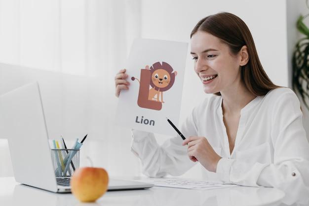 Среднего выстрела женщина держит иллюстрацию льва