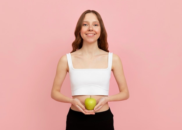 사과 들고 중간 샷된 여자