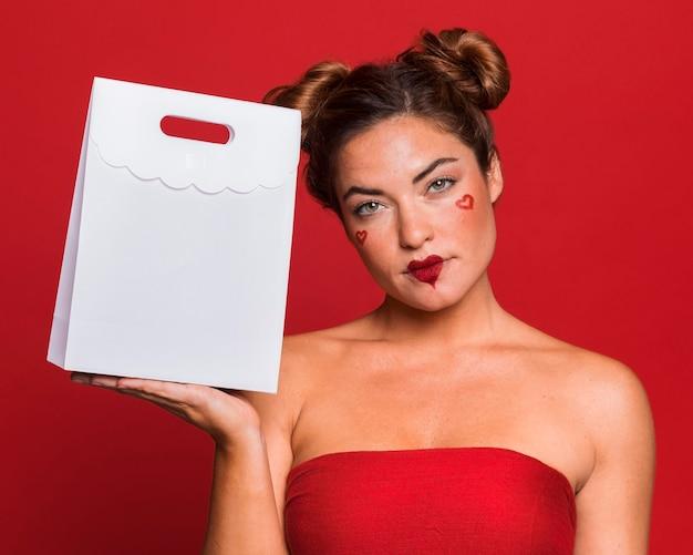 Женщина среднего размера, держащая сумку
