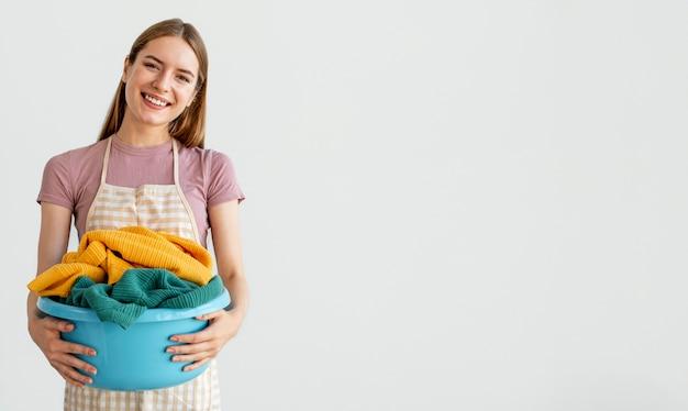 Средний снимок женщины, держащей корзину с копией пространства
