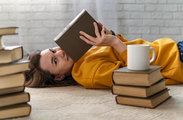 중간 샷 여자 보유 도서