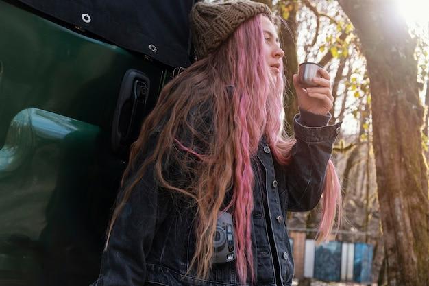 カメラを持っているミディアムショットの女性
