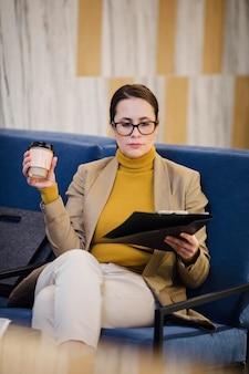 커피 컵을 들고 중간 샷된 여자