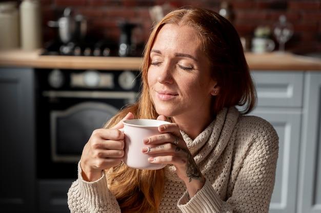 커피 컵을 들고 중간 샷 여자